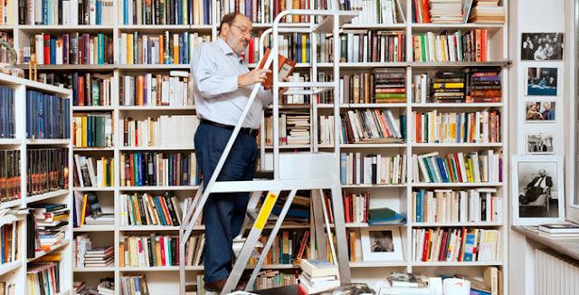 Umberto Eco y el fin de una época. Eco en su casa de Milán consultando su biblioteca. Fuente: The New York Times