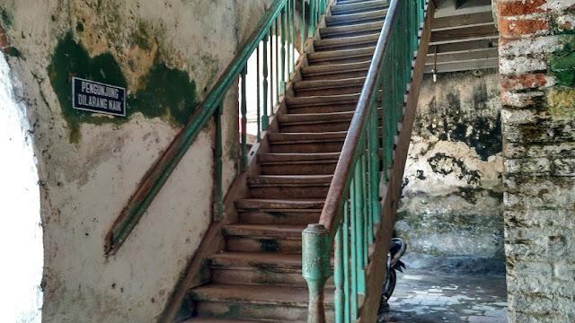 Tangga lantai 2 parkir Benteng Fort Willem II Ambarawa Semarang