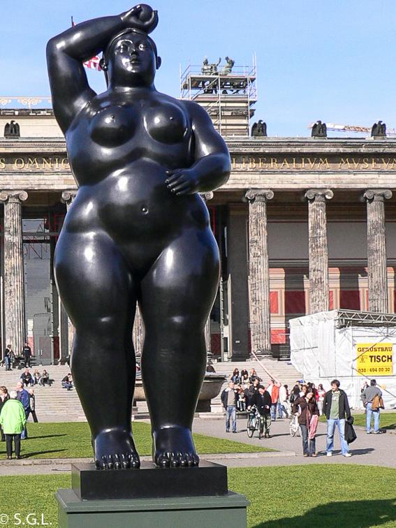 Escultura de Eva de Botero en Berlin