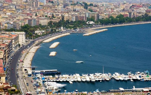 Região Santa Lucia em Nápoles