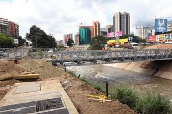 obras de construccion en el rio guaire
