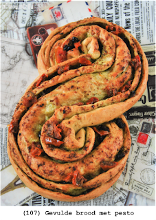Gevulde brood met pesto en gedroogde tomaten