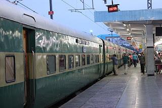 husband-thrown-wife-in-train