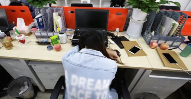 Keseringan Tidur di Meja dengan Posisi Begini, Saraf Lengan Kiri Wanita ini Rusak