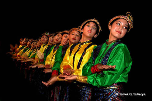 This is the Saman Dance, Dance from Aceh which is Worldwide