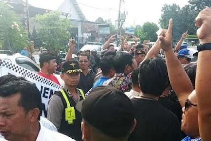 Blokade Jalan, Massa Jokowi-Ma'ruf Rangsek Mobil Sandiaga Hingga Tak Bisa Turun