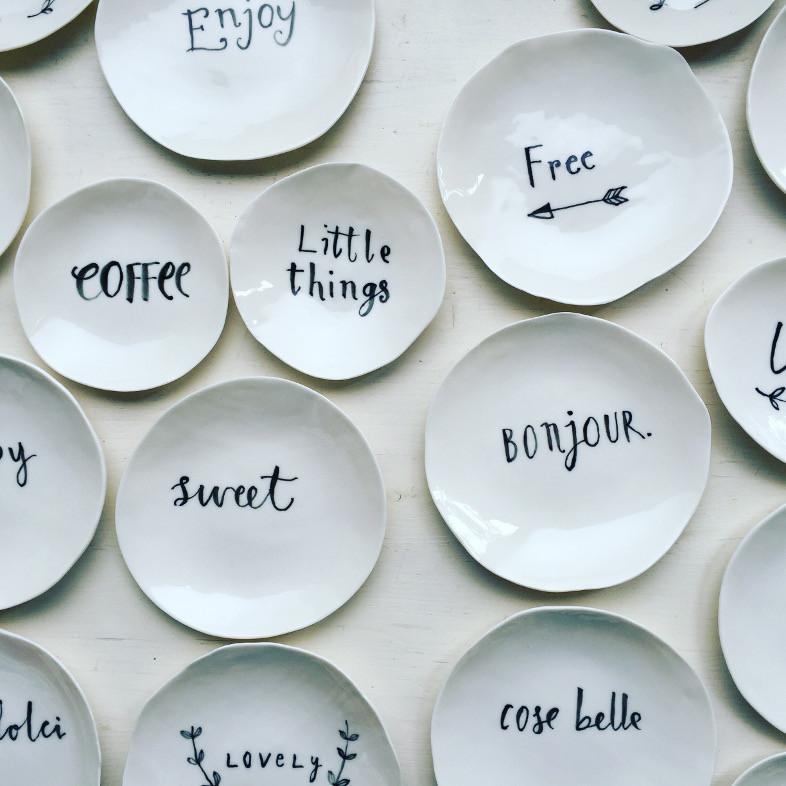 Dove trovare piatti porcellane e ceramiche belle vita for Piatti decorati