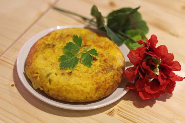 tortilla de patatas con huevos de corral y cabrales