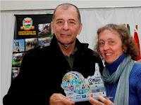 Secretário de Cultura e de Turismo, Elias Martins, entrega prêmio à escritora Flávia Savary