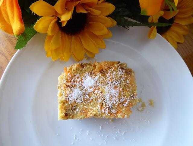 Ricetta della torta con datteri, mandorle e carote senza cottura