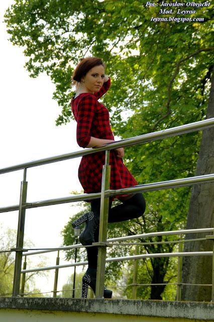 14.05.2017 Sukienka w czerwono-czarną kratkę, czarne lity z ćwiekami, czarne rajstopy, sesja w parku koło Puław