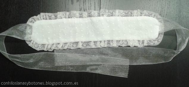 Con hilos, lanas y botones - cómo hacer una diadema de plumeti para Primera Comunión