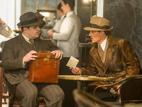 MacQueen (Josh Gad) y Ratchett (Johnny Depp) en Asesinato en el Orient Express - Cine de Escritor