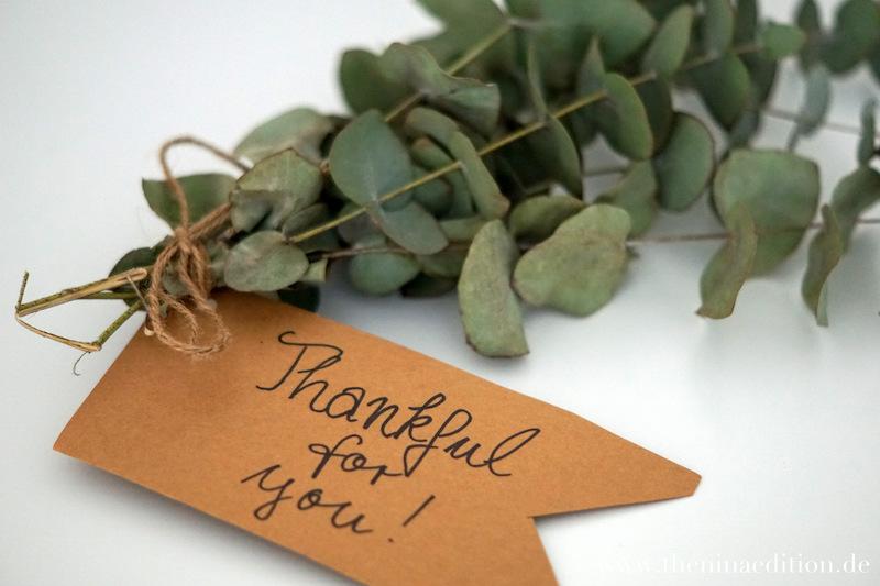 """grüne Zweige mit Packpapiernotiz """"Thankful for you"""""""