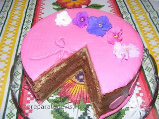 Tort cu crema de fineti si mascarpone acoperit cu fondant roz retete culinare,