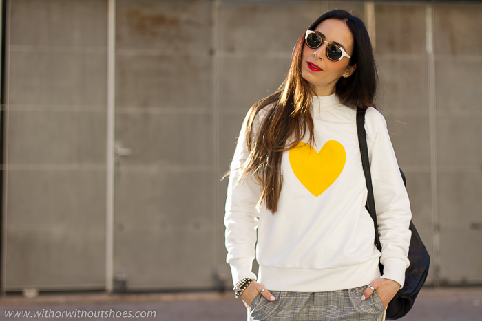 Influencer blogger Valencia Tendencias Streetstyle look casual con sudadera Selected