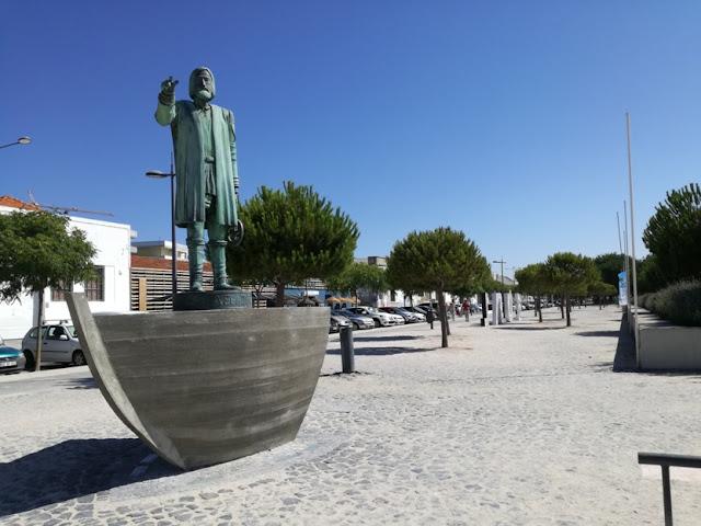 estátuas na marginal da praia