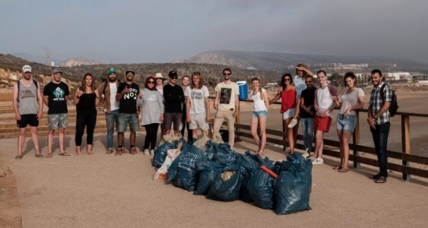 """منظمة """"سورف رايدر المغرب"""" تقود حملة للنظافة بشاطئ تغازوت (صور)"""