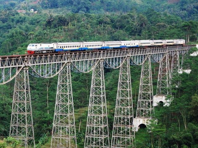 Ternyata di Indonesia Mempunyai Jalur Perlintasan Kereta Api Paling Menyeramkan di Dunia