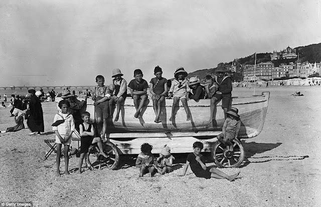 foto de 1919  A pesar de las piedras de la arena estos niños juegan