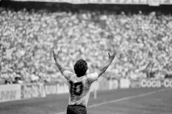 Maradona alzando los brazos ante la victoria de Argentina frente a Alemania (Mundial de Fútbol México 86)