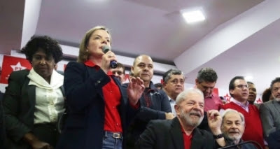 Em Curitiba, Gleisi afirma que apoiadores farão vigília para soltura de Lula