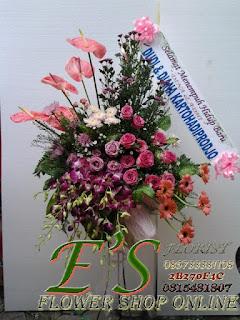 rangkaian bunga standing flower pernikahan