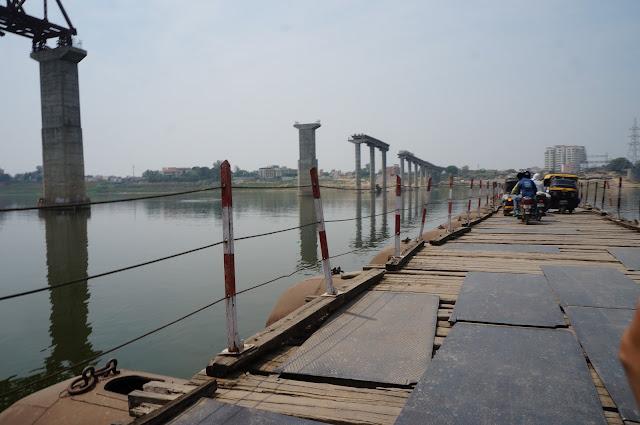 Jembatan kayu dari drum untuk penyeberangan penduduk lokal di Sungai Gangga