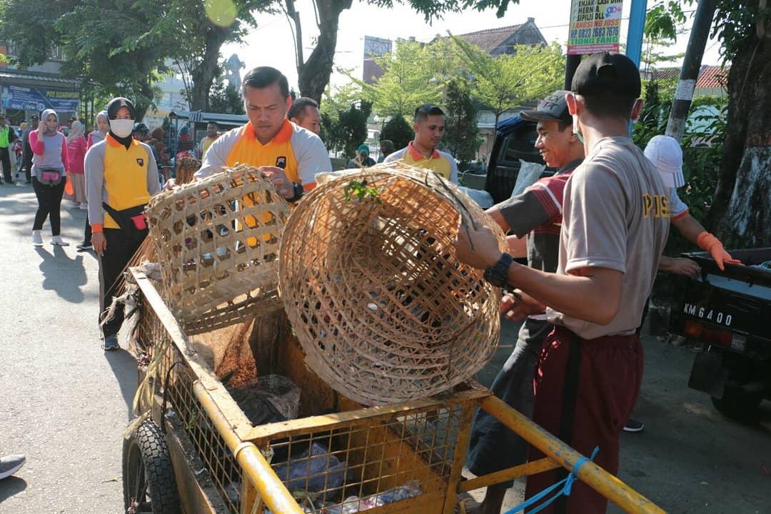 Hari Peduli Sampah, Ratusan Polisi di Kebumen Punguti Sampah di Pasar Tumenggungan