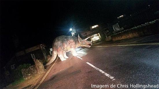 Dinossauro no meio da pista na Ilha de Wight