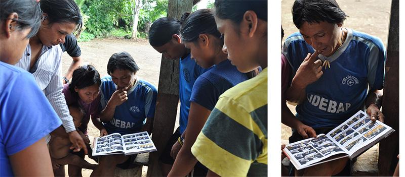 Achuar de Napurak en train de lire Anent. Nouvelles des Indiens Jivaros