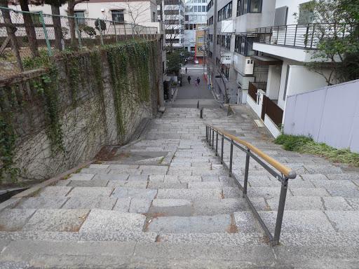 北大江公園の脇にある階段(旧高倉筋)