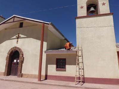 Die heftigen Stürme, die über das Altiplano fegten, haben auch am Dach der Sakristei Spuren hinterlassen. Einige Wellblechfolien haben sich gelockert und mussten heute wieder angenagelt werden.