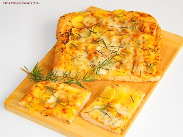 Pizza z ziemniakami suszonymi pomidorami z bazylią, rozmarynem i mozzarellą.