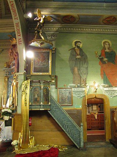 Drewniana ambona przy północnej ścianie prezbiterium