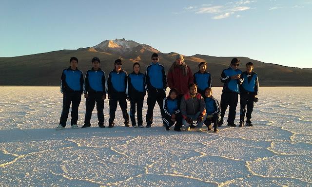 Gruppenbild auf dem Salar de Uyuni Blick auf den Vulkan Tunupa
