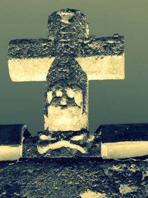 cruz de piedra con calavera y tibias. Posterizado e invertidos colores.