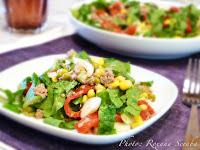 Salata romana cu ton, ardei copt, ceapa verde si porumb