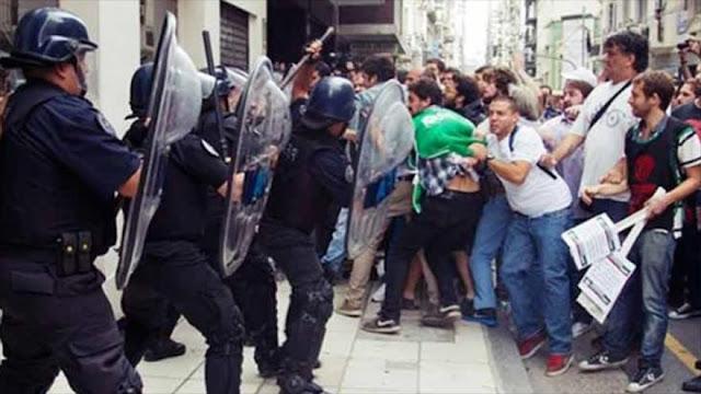 Policía de Argentina responde con mano dura a despedidos