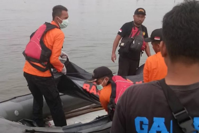 Perahu Terbalik ketika Memancing, Bapak dan Anak Ditemukan Tewas Berpelukan