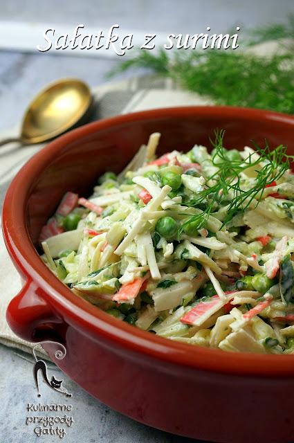 kolorowa-salatka-w-glinianym-naczyniu