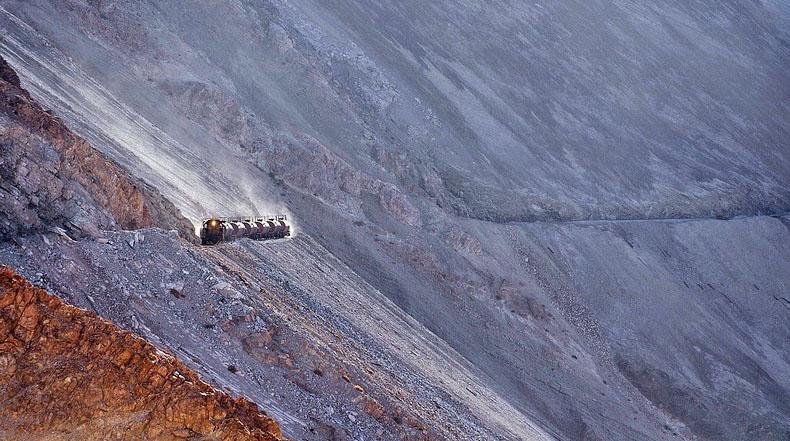 Espectacular ruta de tren hacia las minas de cobre en los Andes