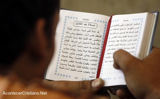 Hombre leyendo Biblia en árabe