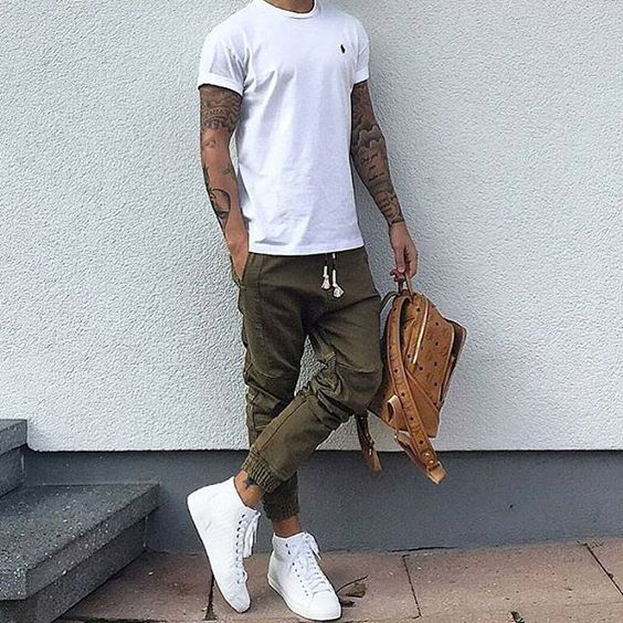 look masculino com calça jogger com tenis branco