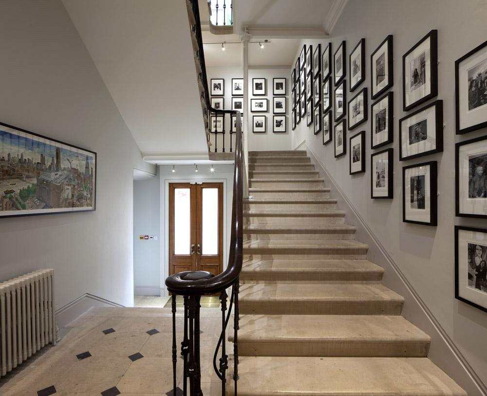 Marzua decoraci n de portales for Salones con escaleras interiores