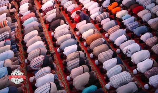 بالفيديو .. رجل يضرب امام المسجد على وجهه اثناء الصلاة