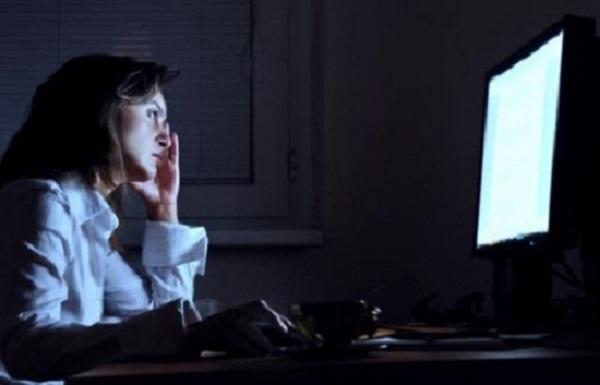 دراسة : الهواتف الذكية والعمل ليلا يجعلانك أكثر بؤسا؟