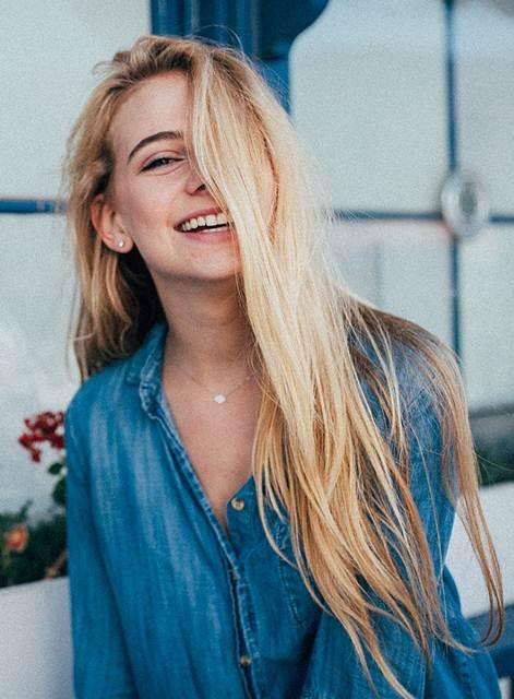 Kumpulan Gambar Foto Wanita Dengan Senyum Manis