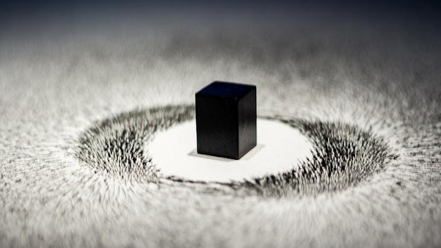 kubus magnet dan kumpulan paku yang mengelilinginya