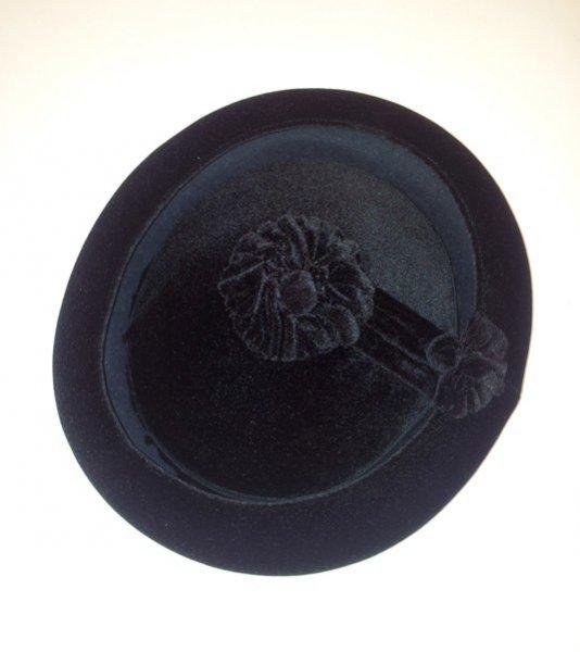 add2004523e1b Complemento de Cabeza. Indumentaria Masculina. Indumentaria Popular.  Sombrero de seda negro. Fibra sintética blanca. Piel marrón. Tejido  Terciopelo y raso.